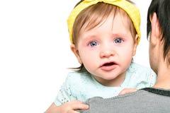 Portrait d'une petite fille mignonne pleurant dans les mains de son père Images libres de droits
