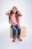 Portrait d'une petite fille recherchant par des doigts image stock