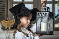 Portrait d'une petite fille regardant la bougie dans la lanterne Image stock