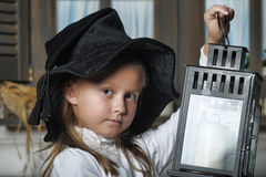 Portrait d'une petite fille regardant la bougie dans la lanterne Photos stock