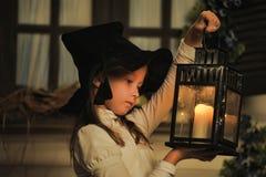 Portrait d'une petite fille regardant la bougie dans la lanterne Photographie stock libre de droits