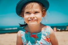 Portrait d'une petite fille sur la plage Photo stock