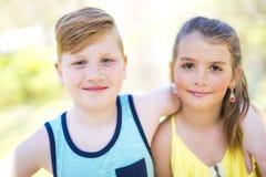 Portrait d'une petite fille sur un fond jaune avec son ami Photographie stock libre de droits