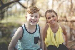 Portrait d'une petite fille sur un fond jaune avec son ami Images libres de droits