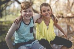 Portrait d'une petite fille sur un fond jaune avec son ami Image stock
