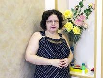 Portrait d'une pleine jeune fille en verres Photographie stock libre de droits