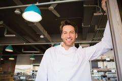 Portrait d'une position de sourire de boulanger Image libre de droits