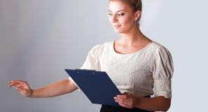 Portrait d'une position sûre de jeune femme d'isolement sur le fond blanc Image libre de droits