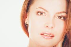 Portrait d'une position sûre de jeune femme d'isolement sur le fond blanc Photographie stock