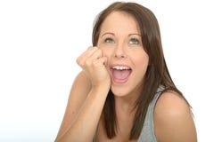 Portrait d'une recherche de sourire de jeune femme décontractée enthousiaste heureuse heureuse Photo libre de droits