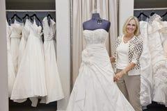 Robe de mariage sur un mannequin images stock image for Magasins de robe de mariage dans le minnesota
