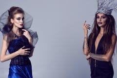 Portrait d'une sorcière et d'un vampire se tenant vis-à-vis de l'un l'autre images stock