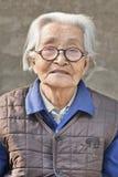 Portrait d'une vieille dame chinoise grise, Pékin, Chine Photo libre de droits