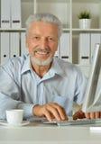 Portrait d'une vieille femme d'affaires à l'aide de l'ordinateur portable Photographie stock libre de droits