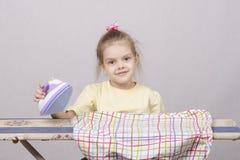 Portrait d'une vieille fille de cinq ans avec du fer Images stock