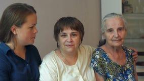 Portrait d'une vieille grand-mère avec une fille et une petite-fille adulte banque de vidéos