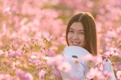 Portrait dans le domaine de fleur de cosmos Photos libres de droits