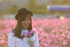 Portrait dans le domaine de fleur de cosmos Photographie stock libre de droits