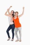 Portrait danse femelle gaie de deux de la jeune amis Photos libres de droits
