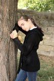 Portrait das traurige Mädchen nahe einem Baum. Stockbild