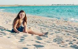 Portrait de 10 ans de fille sur la plage Image stock