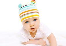 Portrait de bébé dans le chapeau coloré sur un blanc Image libre de droits