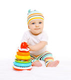 Portrait de bébé dans le chapeau rayé jouant avec des jouets Image libre de droits