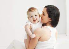 Portrait de bébé de sourire avec la mère à la maison Image libre de droits