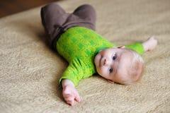 Portrait de bébé garçon à la maison Photos stock