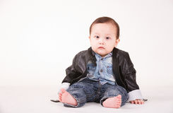 Portrait de bébé garçon dans la veste en cuir, fond blanc Image libre de droits