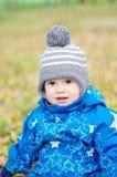 Portrait de bébé garçon heureux en automne Photo stock