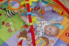 Portrait de bébé garçon - regarder l'appareil-photo images stock