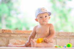 Portrait de bébé jouant concept dehors, d'amour et de bonheur Photos libres de droits