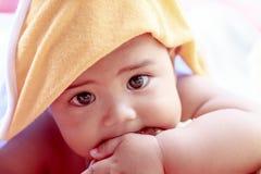 portrait de bébé jouant dans la chambre à coucher Photo libre de droits