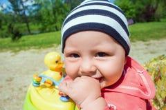 Portrait de bébé mignon drôle dans le marcheur de bébé Images libres de droits
