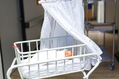 Portrait de bébé nouveau-né adorable mignon dans l'hôpital de naissance Photos stock