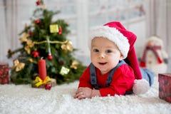 Portrait de bébé nouveau-né dans les vêtements de Santa et le chapeau de Noël Images libres de droits