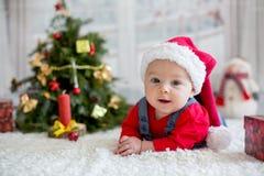 Portrait de bébé nouveau-né dans les vêtements de Santa et le chapeau de Noël Photo stock