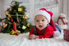 Portrait de bébé nouveau-né dans les vêtements de Santa et le chapeau de Noël Image libre de droits