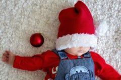 Portrait de bébé nouveau-né dans les vêtements de Santa et le chapeau de Noël Photographie stock libre de droits