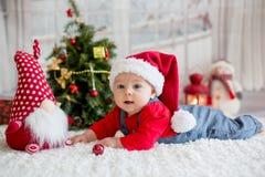 Portrait de bébé nouveau-né dans les vêtements de Santa et le chapeau de Noël Photos stock
