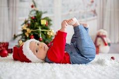 Portrait de bébé nouveau-né dans les vêtements de Santa et le chapeau de Noël Photos libres de droits
