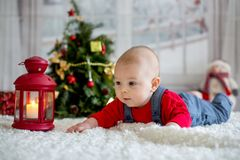 Portrait de bébé nouveau-né dans les vêtements de Santa et le chapeau de Noël Photographie stock