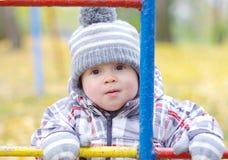Portrait de bébé sur le terrain de jeu en automne Image libre de droits