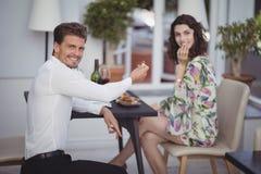 Portrait de bague de fiançailles de offre de l'homme à la femme Photos stock
