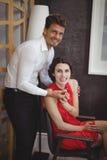 Portrait de bague de fiançailles de offre de l'homme à la femme Image stock