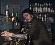 Portrait de barman élégant faisant un cocktail photographie stock
