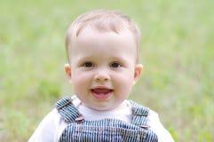 Portrait de beau bébé garçon dehors Photos libres de droits