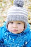 Portrait de beau bébé garçon dehors en automne Image libre de droits
