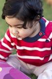 Portrait de beau bébé sur la pelouse photo stock